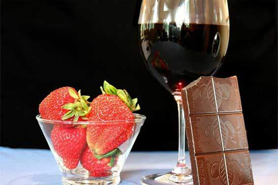 Red-Wine-&-Chocolates-photo